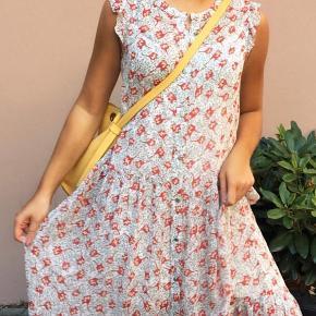 Lang kjole fra Tommy Hilfiger. Den fremstår helt som ny.  Np 1.700 kr.   Mp 500 kr.  køber betaler fragt 🌸