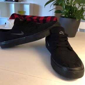 Nike SB sneaks Brugt meget få gange, så derfor som nye. Bud modtages gerne:)