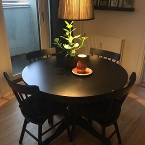 Bord med tillægsplade opbevaret under bordpladen, 4-6 personer. Sort.Maks. længde: 155 cm Højde: 74 cm Diameter: 110 cm Læs mere: https://m2.ikea.com/dk/da/p/ingatorp-bord-med-tillaegsplader-sort-80217072/  4 x stole (IKEA Norraryd). Sort. Bredde: 47 cm Dybde: 51 cm Højde: 83 cm Læs mere: https://m2.ikea.com/dk/da/p/norraryd-stol-sort-00394752/  Sælges gerne samlet. Borde og stole er 2 1/2 gammelt og har brugstegn, men ellers i pæn stand. Nypris for hele sættet er 3520kr. og sælger for 1750kr.