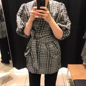 Flot kjole fra Ganni, som er udsolgt de fleste steder.   Brugt en gang, hvorfor den fremstår som ny - købt for stor hvorfor den sælges.  Sælges da jeg er 183 og synes den er for kort 🌸   Prisen er fast.