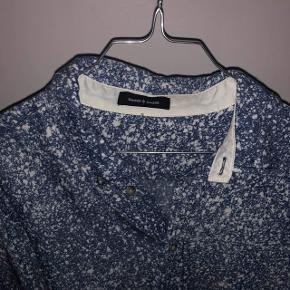 Blå/ hvid skjorte fra samsøe samsøe sælges. Fejler absolut intet. Str. L