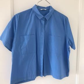 """Virkelig fin blå skjorte med en lidt """"boxy"""" pasform fra Envii 🌸 Brugt et par gange 😊   Sælger kun gennem trendsales Handelssystem og sender med DAO. Kan dog også afhentes i Odense C ❤️"""