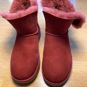 Helt nye lækre UGG støvler. Købt for små. Sælges til langt under original pris som er 1499kr.   Lad vær at byde hvis du ikke vil gi prisen.   Bytter ikke.