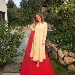 Sælger denne kjole fra envii, den er kun brugt en enkelt gang og er derfor også kun vasket en gang. Sælger den da jeg kan mærke at jeg ikke får den brugt. Nyprisen er 550, min mindste pris er 400