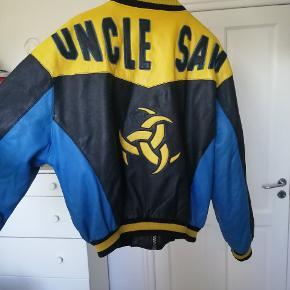 En rigtig fed vintage / retro letterman jakke fra mærket Uncle Sam Sportswear Co. Det er noget utrolig lækkert lædder og dejlig varm til efterår/vinter. Jeg er sikker på der er ingen af dine venner der har den her. Jeg har selv haft den på 1 dag, men ellers er den i rigtig god form, ingen huller, pletter osv. Den kommer fra et ikke ryger hjem.  Skriv til mig og vi finder en pris :) (ik et Supreme item)