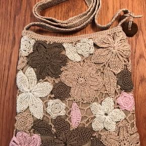 Skøn hæklet retro-taske fra 80'erne fra The Sak. Tasken måler 25x27 og er købt i New York i ca 1987. Lukkes med lynlås. SUPERLÆKKER🌸 Bytter ikke!
