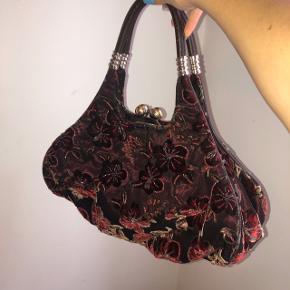 så smuk håndtaske. kan godt bruges over skulderen.   målene er:  bredde: 40 cm højde: 23 cm  100kr💛   #30dayssellout