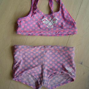 Varetype: Skøn Hummel bikini str. 128Størrelse: 8år Farve: Se foto  Skøn Hummel bikini str. 128. Sat under slidt da der er lidt farveforskel ml. top og trusse.  Byd!