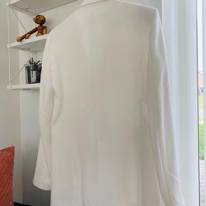 BYD 🌸 Mega fed blazer. Offwhite. Oversize i fittet så kan også passes af en Medium. SE OGSÅ MINE MANGE ANDRE ANNONCER 🥰