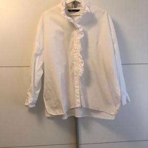 Hvid skjorte fra Zara med flæse krave sælges, da jeg desværre ikke får den brugt. Kan afhentes i Aarhus eller sendes på købers regning ✨