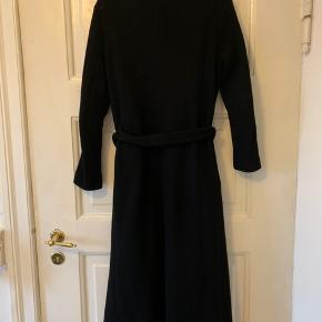 Hallhuber coat. It has a small damage on the waistband. 68% new wool, 27% polyamide, 5% Cashmere