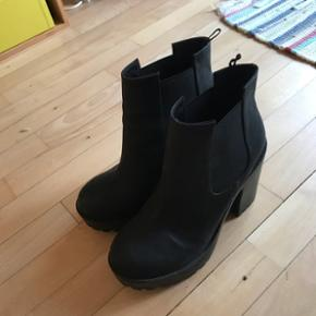Lækre sorte boots   Sender med DAO mod betaling 😊