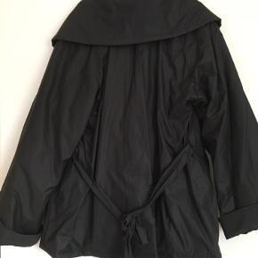 Flot vinter jakke, ny aldrig brugt. Mc Verdi str L med flot foer - kraven kan laves forskellig, Jakken er med lynlås og knapper. Længde 80 cm