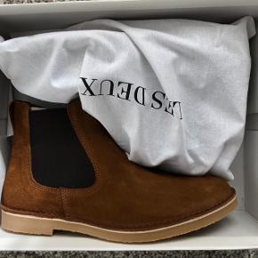 Lækre, klassiske Chelsea boots i brun ruskind fra Les Deux. Aldrig brugt.  Størrelse 43.  Mp. 500 kr.