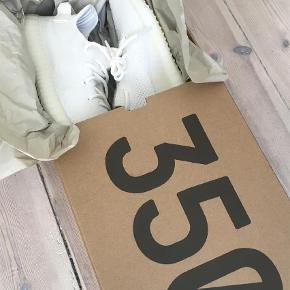 Varetype: Sneakers Størrelse: 8.5 Farve: Hvid Oprindelig købspris: 1700 kr.  Yeezy 350 første i hvid første drop. Cond. 10/10. Original æske medfølger. UK sizing. Kom med bud.