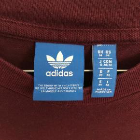 Langærmet Adidas t-shirt. Brugt nogle få gange men alligevel har jeg valgt godt men brugt for ikke at skuffe nogle.   Købt i USA -damestørrelse størrelse medium.