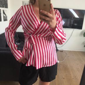 Sælger denne fine slå om bluse, da jeg ikke får den brugt. Striberne er pink og hvide!  Køber betaler fragt ❤️