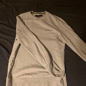 Trøjen fejler ikke noget. Bare BYD. Alle bud modtages den skal bare væk. BYD hvad du vil jeg forholder mig retten til ikke at sælge med skambud findes ikke i mit sind i forhold til denne trøje. Mp: ingen bare BYD
