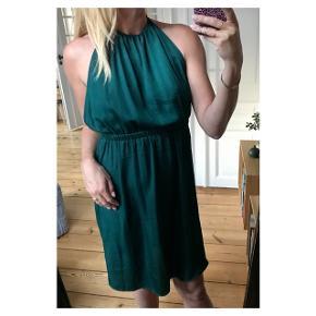 Flot flaskegrøn kjole med smuk blonde ryg fra Project Unkown. Se også mine andre annoncer eller følg mig på Instagram @2nd_love_preowned_fashion