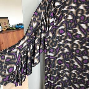 Sød skjorte fra day sælges udelukkende fordi jeg ikke kan passe den. HaR kun været brugt en enkel gang og derfor er den som ny.