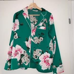 Smuk grøn blomster skjorte fra Envii i str. S-M🌿  Brugt få gange og er dermed i god stand.  Kan afhentes i Allerød eller sendes med post.