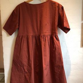 Kjole fra Zara med 2 skrålommer og rynkeeffekt på ryggen. Længde 88 cm. Omkreds talje 100 cm. 100% bomuld.