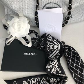 Det smukkeste bandea fra Chanel. Jeg har brugt det på tasken - se billede, og derfor ikke i håret. Det trænger nok til et strygejern hvis man vil bruge det som hårbånd. Måler 5,5x120 Købt i Selffridges i London efteråret 2019. Kan sendes på købers regning.
