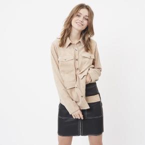 """Sælger denne super fede fløjlsskjorte fra Moves - kan også bruges som """"jakke"""".  Farven er som på første og sidste billede.  Helt ny, aldrig brugt stadig med mærket på.  Sendes med DAO via Trendsaleshandel - pris for fragt kommer oveni :)"""