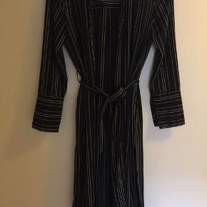 Lækker cardigan / kjole i sort med hvide striber og bindebånd.