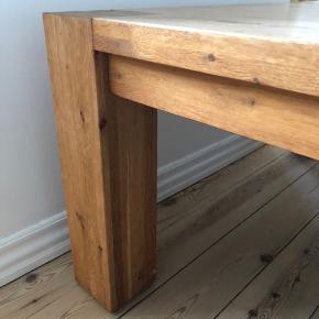 Smukt massivt egetræs sofabord med mål 100 x 100.  Det skal have en olie behandling, derfor prisen.  Det kostede 4000,- fra ny.   OBS det skal hentes på 2. sal og er forholdsvist tungt. ☺️ skal afhentes i Esbjerg.