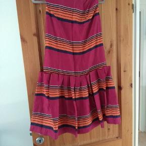 Smuk silke kjole med flot detaljer. Brugt 2 gange.   Husk at tjekke resten af mine annoncer. Rydder godt ud.