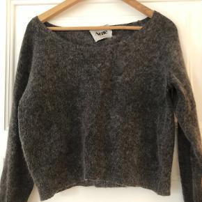Str. XS. Super lækker kort strik i både uld og mohair. Fælder ikke. Mærket i nakken sidder løst.