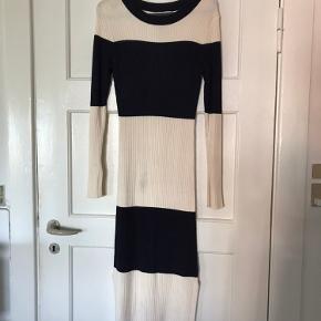 Lækker kjole fra H&M med stretch, så den sidder rigtig godt. Har et enkelt mærke foran, som ses på billedet, men er meget utydeligt når man har kjolen på, og sælges derfor billigt.  Mp 65 kr