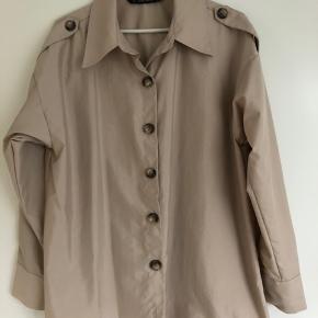 Zara Basic. Skjorte-jakke. Kan sendes mod betaling af porto kr. 40,00 med DAO.