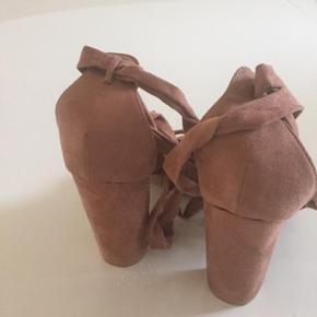 Lækre heels/ sandaler med bindeffekt op af benet.  Rosa