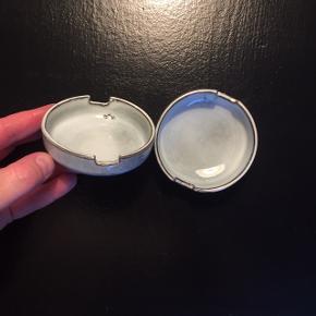 Skål   sushiskål   soyaskål fra House Doctor (fra Rustic serien)  Størrelse: H: 3 - Ø: 8 Farve: blågrå Materiale: stentøj  Skålene er håndlavet, og hver del har derfor forskellige udtryk.   Nypris: 45 kr pr stk Aldrig brugt Prisen er fast og pr stk