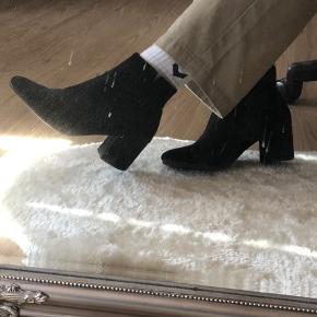 Smukke sorte støvler, brugt få gange. Jeg syntes selv at de er meget behalige og ha på.  de kan styles på mange forskellige måde, da den både kan bruges til hverdag med en par jeans som på billederne, men også til fester eller sammenkomster.  Str 37