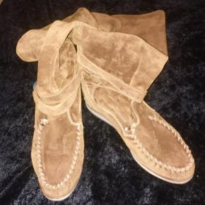 Super lækre og meget populære italienske håndlavede kvalitets ruskind støvler sælges  Ikke brugt særlig meget så fremstår rigtig pæne  Støvlerne er  en overknee  model der både kan være oppe eller foldes ned  Så lækre!