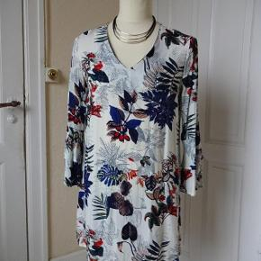 Queen`s kjole sælges, den har smarte 3/4 ærmer. Str-L/XL- den er ny. Bytter ikke Brystmål: 51x2 Talje:50x2 Hofter:54x2 Længde: 88 Længde på ærmet: 52 Materiale: 100 % Rayon Se også de andre annoncer jeg har.