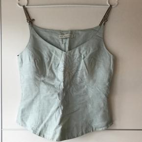 Smuk By Groth corsage-top i sart grøn farve med sølv broderi. Brugt få gange, ny pris 1000kr