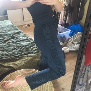 Behagelige bukser i satin fra h&m - kan strammes ind i livet/taljen så de passer 36-40