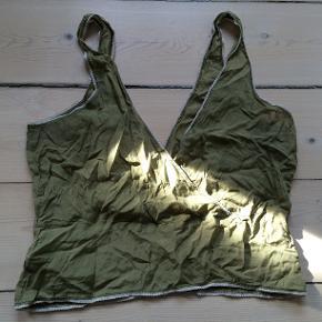 Let silke top i olivengrøn. Kan hentes på Østerbro. Gerne handel over MobilePay