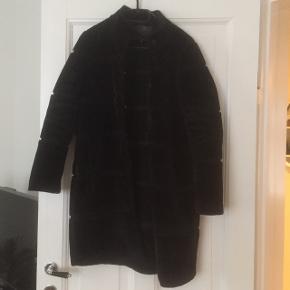 Flot frakke i sort fra MbyM med trykknapper. Brugt, kunne bruge en rens, men fejler intet.  Mener nypris var kr 1.200.   Måler ca 85 cm i længden og 50 cm over brystet.   Kan sendes eller afhentes i Rødovre.