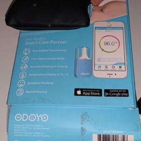 Brugt få gange.   iThermie er et digitalt ørethermometer som anvendes sammen med din smartphone, og tilsluttes via AUX-stikket som er fastgjort til thermometeret. Der er mulighed for at måle temperaturen på både panden og i øret.  Enheden er let og fylder ingen ting. Og er derfor oplagt til at tage med også.  I Appen kan du oprette profiler på f.eks. flere familiemedlemmer, og gemmer temperaturmålingerene, hvis de sidenhen skal bruges til lægen. Der er også mulighed for at sende oplysningerne direkte til lægen fra Appen.  I sættet medfølger:  1 stk. iThermie måleapparat Forlængerledning Spritservietter til rengøring af målehovedet Lille taske til opbevaring