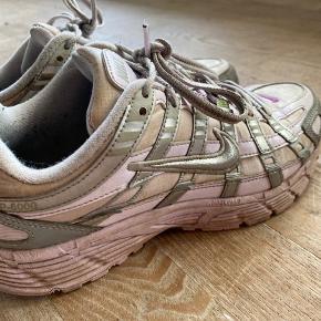 Disse fine Nike p-6000 er brugt en del gange, og det kan også ses. De er dog stadig i ok stand.  🌟🌟Husk hvis du du køber mere end to ting fra mig, så får du mængderabat, så tjek da lige resten af mine annoncer ud 🌟🌟