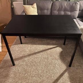 Hej! Jeg sælger dette fine spisebord, da det desværre ikke bliver brugt mere. Spisebordet måler: 67 bredde, 110 længde, 74 i højden. Det står i rigtig fin stand. Jeg sælger det til 75 kr. Hvis du har nogle spørgsmål til det, så spørg løs!