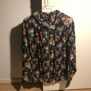 Meget tynd jakke med dødningehoveder og blomster