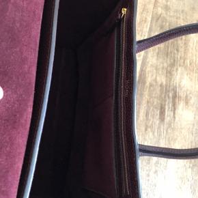 Helt ny Mulberry Bayswater taske i Oxblood. Mærket sidder stadig på, ligesom der er plastik på alle metaldelene.  Bemærk at tasken er med skrårem - smart hvis man skal cykle Nypris: 9650
