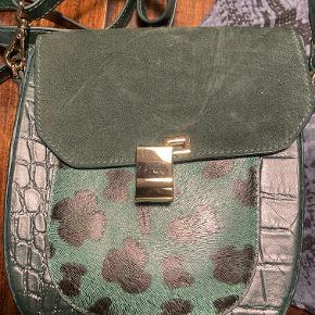 Smart ny Adax taske aldrig brugt. Tasken er  i skind.  Bredde ca. 20cm højde ca. 25 cm