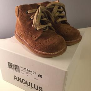 Helt ubrugte begyndersko fra Angulus i ruskind. Passer til både piger og drenge. Lidt store i størrelsen.
